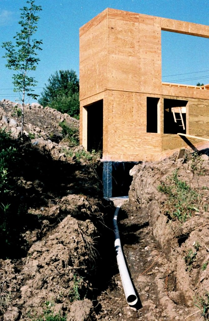 Passive solar house foundation with drainage